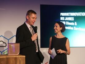 Receiving the award in Hamburg: E.ON Project director Holger Matthiesen with Andrea Thilo, moderator of the ceremony.  (Photo: E:ON)