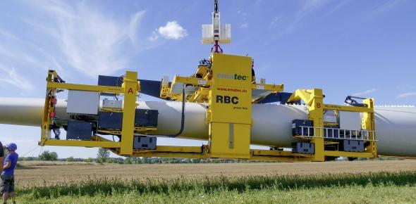 Record set-up time: Having arrived to the construction site, the RBC rotor blade lifter needs less than 15 minutes to be ready to take on the first blade. (pict.: ematec)